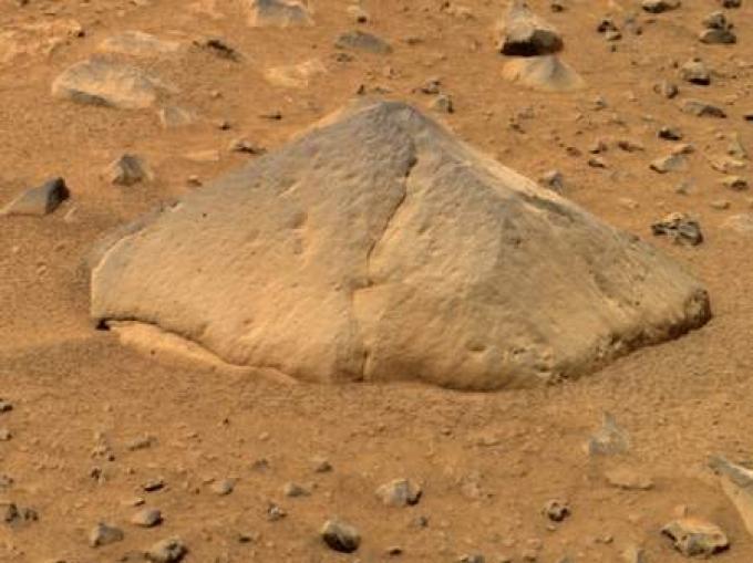 """Grossa quanto un pallone da football americano, """"Adirondack"""" è la prima roccia marziana studiata da Spirit."""