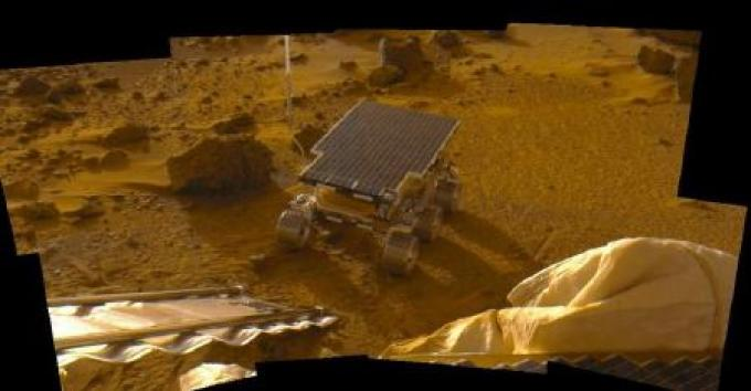 Mosaico di 8 immagini che riprende il rover Sojourner appena sceso dal modulo di atterraggio. Siamo vicini al tramonto marziano. Si notino le ombre lunghe.