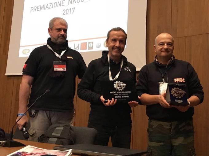Da sinistra il presidente di NKGC Stefano Marchetti, Dario Tonani e il vincitore del concorso, Sandro Cinotti