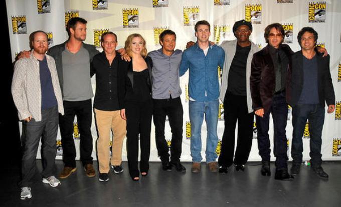 I supereroi in abiti civili, insieme a Joss Whedon.