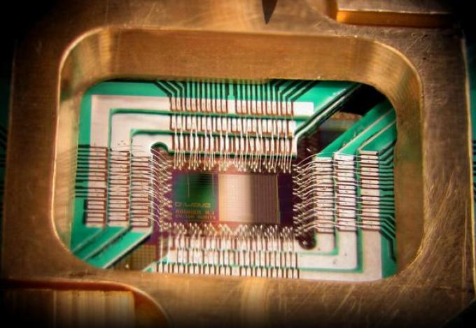 Chip costruito da D-Wave Systems Inc. progettato per funzionare come un processore a ottimizzaione quantistica adiabita superconduttiva (Fonte D-Wave Systems, Inc.).
