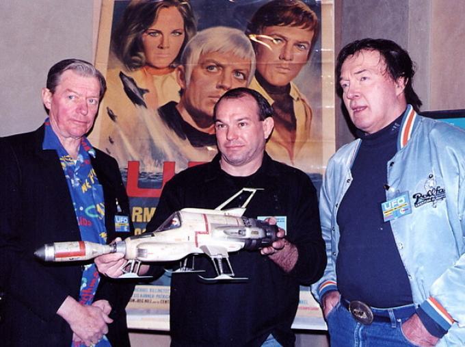 Ed Bishop (a sinistra) e Michael Billington (a destra) con il fondatore del fan club italiano di UFO <i>IsoShado</i> e grande collezionista Paolo Malaguti