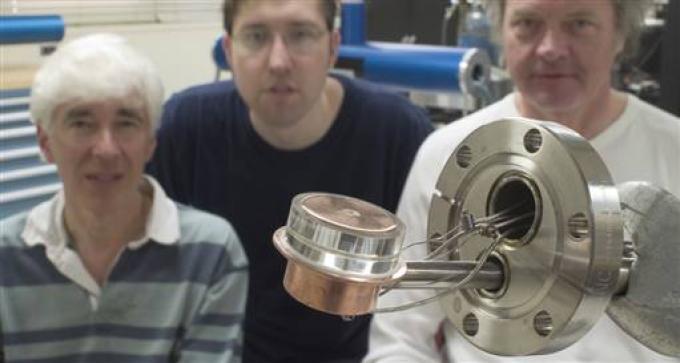 """Una foto che dimostra come il cuore della fusione sia davvero """"tascabile"""". Sullo sfondo, da sinistra a destra: Putterman, Naranjo e Gimzewski."""