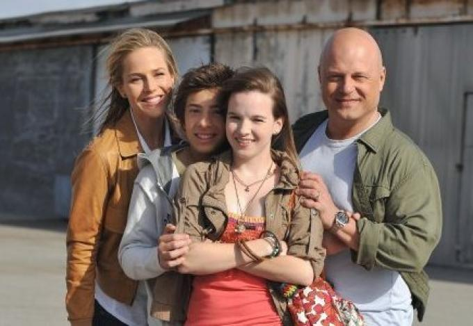 foto di gruppo con superpoteri. kay panabaker è la ragazza al centro.