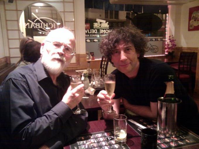 Terry Pratchett e Neil Gaiman