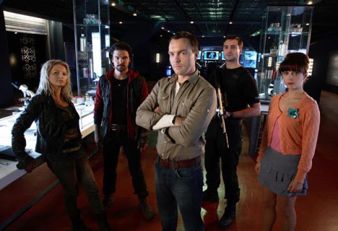 Il cast della quarta stagione di <i>Primeval</i>: da sinistra Abby (Hannah Spearritt), Connor (Andrew-Lee Potts), Matt (Ciarán McMenamin), Becker (Ben Mansfield) e Jess (Ruth Kearney)