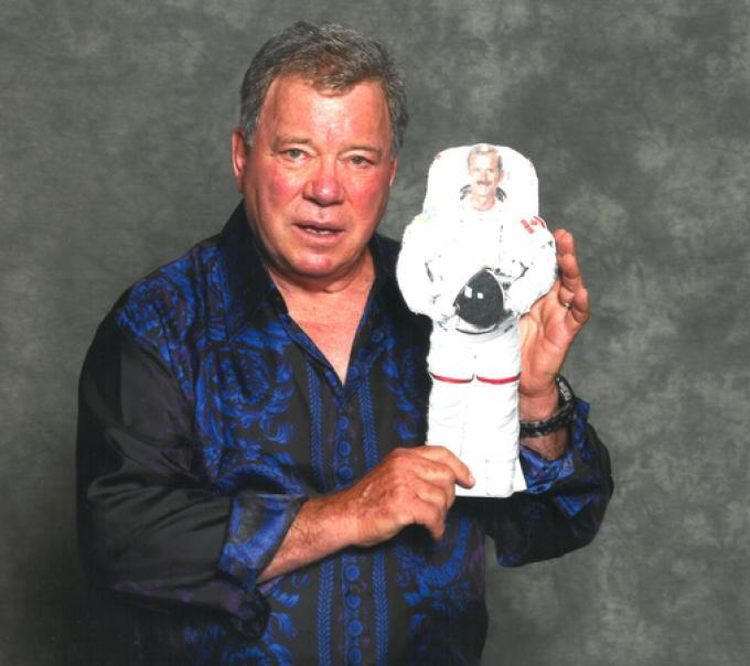 William Shatner in posa con l'immagine dell'astronauta canadese Chris Hadfield.