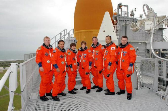 L'equipaggio del Discovery in cima alla rampa di lancio. Da sinistra Andrew Thomas, Charles Camarda, Wendy Lawrence, il comandante Eileen Collins, Stephen Robinson, Soichi Noguchi e James Kelly.