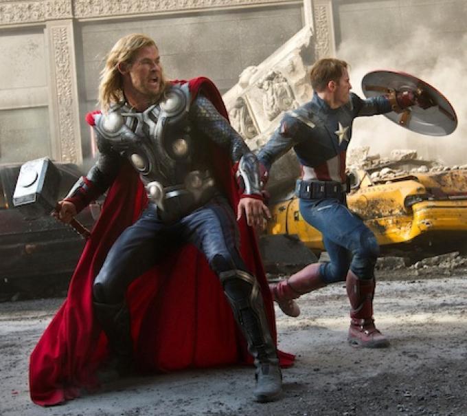 Chris Hemsworth (Thor) e Chris Evans (Captain America) insieme in una scena di The Avengers