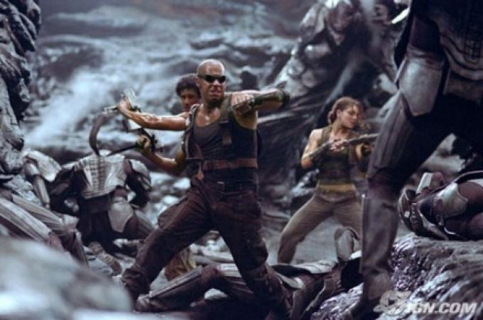 Riddick emerge dall'ombra.