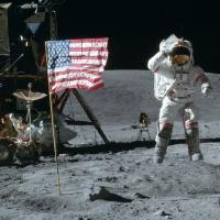 Barry Levinson prepara la serie One Giant Leap, sullo storico sbarco sulla Luna